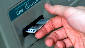 Dùng hộ chiếu giả mở tài khoản rút tiền trái pháp luật