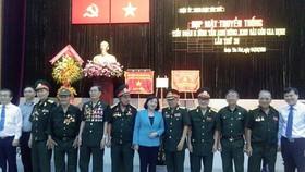 Đồng chí Thân Thị Thư và lãnh đạo các quận, huyện chụp hình lưu niệm với các cán bộ, chiến sĩ Tiểu đoàn 6 Bình Tân