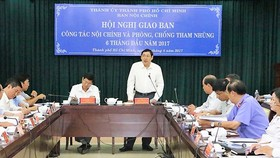 Đồng chí Trần Thế Lưu (đứng), Ủy viên Ban Thường vụ Thành ủy, Trưởng Ban Nội chính Thành ủy TPHCM phát biểu tại hội nghị giao ban.