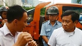 """Ông Đoàn Ngọc Hải (bìa phải), Phó Chủ tịch UBND quận 1 phát biểu trước dân rằng:  """"sống ở quận 1 phải biết luật còn không thì về rừng U Minh sống"""""""