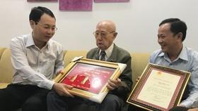Lãnh đạo Thành ủy TPHCM trao Thiếp mừng thọ 100 tuổi của Chủ tịch nước cho người cao tuổi