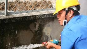 Sawaco đang kiểm tra áp lực nước tại đồng hồ cho khách hàng