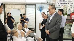Bí thư Thành ủy TPHCM Nguyễn Thiện Nhân đã đi thăm, chúc tết nhiều nơi, trong đó có Dòng mến Thánh giá Thủ Thiêm. Ảnh: KIỀU PHONG