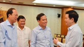 Đồng chí Mai Văn Chính, Phó Ban Tổ chức Trung ương trao đổi cùng các đồng chí lãnh đạo TPHCM tại Hội nghị sơ kết 3 năm thực hiện Nghị quyết số 39-NQ/TW. Ảnh: VIỆT DŨNG