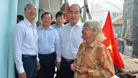 Bí thư Thành ủy TPHCM Nguyễn Thiện Nhân thăm gia đình có công dịp 30-4