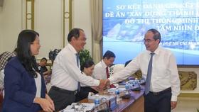 Bí thư Thành ủy TPHCM Nguyễn Thiện Nhân gặp gỡ các đại biểu tại hội nghị. Ảnh: DŨNG PHƯƠNG