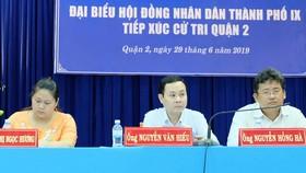 Các đại biểu HĐND TPHCM đang lắng nghe cử tri phản ánh. Ảnh: KIỀU PHONG