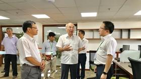 Đồng chí Phan Nguyễn Như Khuê, Trưởng Ban Tuyên giáo Thành ủy TPHCM tìm hiểu hoạt động của Trung tâm Báo chí TPHCM. Ảnh: KIỀU PHONG