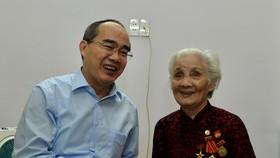 Bí thư Thành ủy TPHCM Nguyễn Thiện Nhân thăm gia đình chính sách