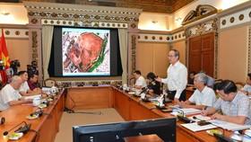 Bí thư Thành ủy TPHCM Nguyễn Thiện Nhân phát biểu tại buổi làm việc về xử lý các bãi chôn rác lâu năm. Ảnh: VIỆT DŨNG