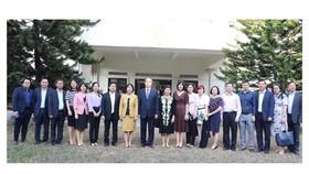 Đồng chí Nguyễn Thiện Nhân cùng cán bộ, nhân viên Đại sứ quán Việt Nam tại Singapore. Ảnh: KIỀU PHONG