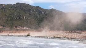 Công ty Nhiệt điện Vĩnh Tân 1 đang thi công bãi chứa tro xỉ than gây bụi