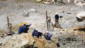 Khai thác khoáng sản ngày càng khó khăn và phụ thuộc nhiều vào biến động trên thị trường thế giới