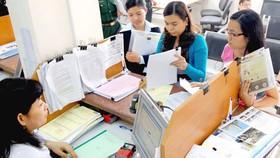 Các doanh nghiệp làm hồ sơ thuế tại Cục Thuế TPHCM. Ảnh: CAO THĂNG