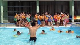 Dự thảo Luật đã bổ sung quy định trách nhiệm của nhà trường trong việc khuyến khích, tạo điều kiện thuận lợi để phát triển môn bơi. Trong ảnh: Dạy bơi tại trường Tiểu học Nguyễn Bỉnh Khiêm, quận 1, TPHCM. Ảnh: TL