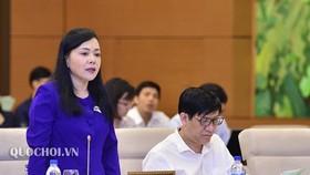 Bộ trưởng Bộ Y tế Nguyễn Thị Kim Tiến trình bày dự án Luật