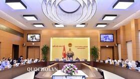 Chủ tịch Quốc hội Nguyễn Thị Kim Ngân ký chứng thực 3 nghị quyết mới của UBTVQH  