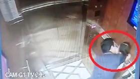 Hình ảnh camera ghi lại cảnh ông Nguyễn Hữu Linh có hành vi ôm hôn, sàm sỡ bé gái trong thang máy ở một chung cư tại quận 4, TPHCM.