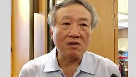 Chánh án Tòa án Nhân dân Tối cao Nguyễn Hòa Bình trả lời báo chí bên hành lang Quốc hội