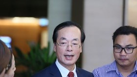 Bộ trưởng Bộ Xây dựng Phạm Hồng Hà trao đổi với báo chí bên hành lang Quốc hội