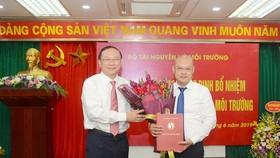 Thứ trưởng Bộ Tài nguyên và Môi trường Lê Công Thành trao quyết định bổ nhiệm cho ông Hoàng Mạnh Hà