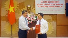 Chủ nhiệm Ủy ban Đối ngoại Nguyễn Văn Giàu chúc mừng Ủy viên Thường trực Đôn Tuấn Phong về công tác tại Ủy ban Đối ngoại