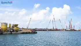 Siêu dự án nhà máy thép Hòa Phát Dung Quất - Quảng Ngãi cũng phát sinh lượng vật chất rất lớn phải nhận chìm. Ảnh: Báo Quảng Ngãi