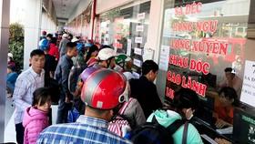 Người dân mua vé tại các quầy trong bến xe. Ảnh : CHÍ PHƯỚC