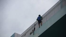 Giải cứu thanh niên dọa nhảy lầu ở Bệnh viện Trưng Vương