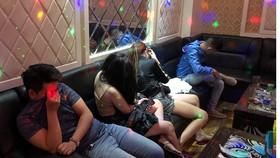 Các đối tượng nghi sử dụng ma túy tại 3 phòng của quán. Ảnh: CHÍ THẠCH