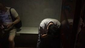 Kiểm tra các phòng bên phòng, công an phát hiện có khoảng 20 người, đa phần là nam giới quốc tịch nước ngoài đang kích dục đồng tính. Ảnh: ĐAN NGUYÊN
