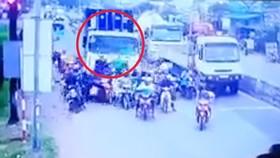 Camera an ninh ghi lại hình ảnh tai nạn thảm khốc do xe container gây ra chiều 2-1-2019. Ảnh cắt từ clip