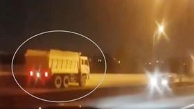 Chiếc xe ben chạy ngược chiều trên cao tốc TPHCM - Long Thành - Dầu Giây với tốc độ nhanh gây hoảng loạn cho nhiều lái xe trên đường. Ảnh cắt từ clip