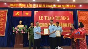 Tổng cục trưởng Tổng cục Hải quan Nguyễn Văn Cẩn (trái)  trao thưởng cho cán bộ hải quan