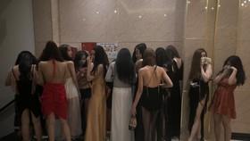 Các nữ tiếp viên trong trang phục hở hang