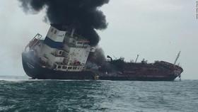 Tàu chở dầu bốc cháy dữ dội. Ảnh: Hong Kong Police