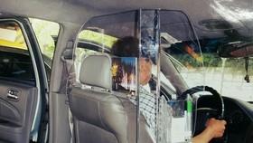 Vách ngăn tài xế và hành khách trên taxi
