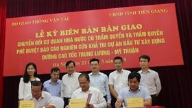 Ký biên bản bàn giao dự án cao tốc Trung Lương- Mỹ Thuận từ Bộ GT-VT về UBND tỉnh Tiền Giang