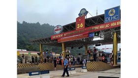 Người dân tụ tập phản đối tại trạm thu phí Hoà Lạc - Hoà Bình