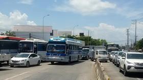 Các tài xế phản ứng thu phí tại trạm T2 - QL91 khiến tình hình giao thông tại khu vực bị ùn ứ