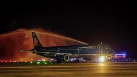 Nghi thức phun vòi rồng chào đón chuyến bay quốc tế đầu tiên đến Vân Đồn