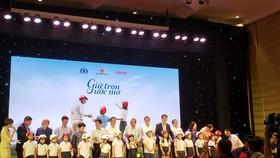 Phó Thủ tướng thường trực Chính phủ, Chủ tịch Ủy ban An toàn giao thông quốc gia Trương Hòa Bình tặng nón bảo hiểm cho học sinh lớp 1 của Hà Nội