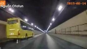 Xe khách chạy ngược chiều trong hầm Hải Vân với tốc độ cao, hình ảnh được camera hành trình của một xe ô tô chạy cùng chiều ghi lại. Ảnh: MXH