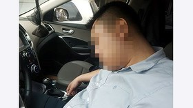 Người đàn ông ngủ quên trong xe