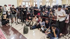 Tại trụ sở UBND Quận Cầu Giấy, nhiều phóng viên đã có mặt chờ buổi thông tin