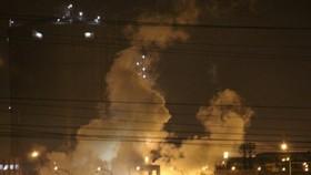 Khói bốc lên trong đêm sau khi xảy ra sự cố nổ ở thiết bị lọc bụi lò vôi của Formosa Hà Tĩnh.