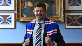 Steven Gerrard: Trở thành HLV Rangers, đấu với thầy cũ Rodgers