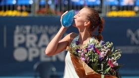 Petra Kvitova hôn chiếc cúp vô địch Praha Open 2018