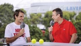 Roger Federer và Mats Wilander trong một buổi phỏng vấn trên truyền hình