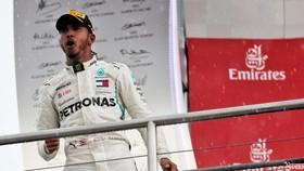 Lewis Hamilton ăn mừng chiến thắng phép màu